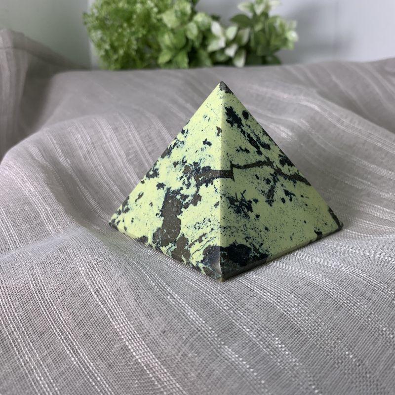 画像1: ピラミッド型・サーペンティン&パイライト 旅のお守り・生命力を高める 天然石 (1)