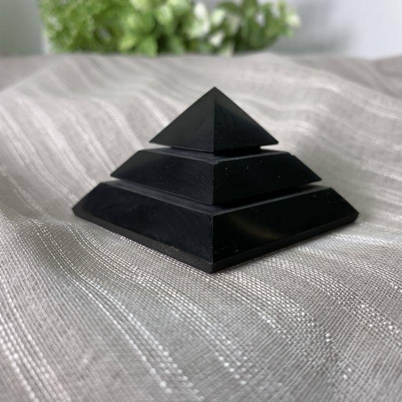 画像1: ピラミッド型・シュンガイト 強力な浄化・治癒力を高める・ストレスや疲れに 天然石 (1)